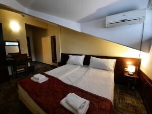 mansardna-spalnia-bez-balkon-1